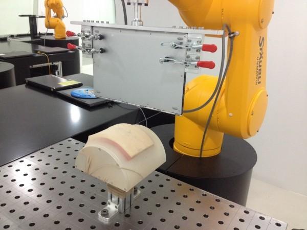 """""""Klínový test"""" - speciálně vytvořený robot s umělou """"nohou"""", která může mít punčocháče či když je notebook položen na dece, aby se eliminovalo usazování štiplavé tkaniny či kůže..."""